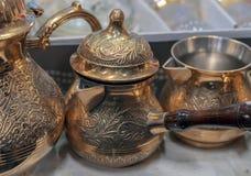 Articoli di rame orientali tradizionali per la preparazione di caffè immagine stock libera da diritti