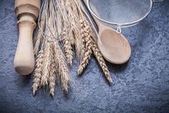 Articoli dorati delle orecchie della segale del grano per cuocere sul fondo nero Fotografia Stock