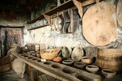 Articoli per la tavola del Antiquarian in vecchia cucina. immagini stock libere da diritti