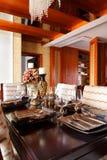 Articoli per la tavola di lusso sulla tabella di pranzo Immagine Stock