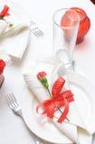 Articoli per la tavola nei colori rossi e bianchi immagini stock
