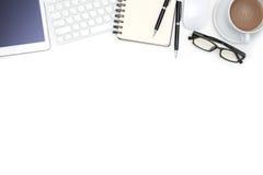 Articoli per ufficio con la compressa del computer sullo scrittorio bianco Fotografia Stock