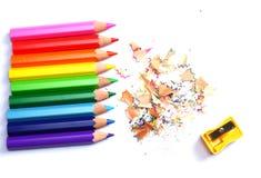 Articoli per ufficio e del banco Fondo della scuola Matite colorate su bianco Fotografie Stock