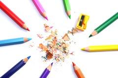 Articoli per ufficio e del banco Fondo della scuola Matite colorate su bianco Fotografia Stock