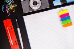 Articoli per ufficio e macchina fotografica Immagine Stock