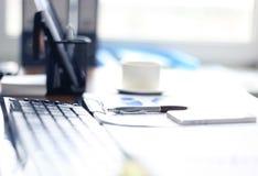 Articoli per ufficio e tazza di caffè Fotografia Stock