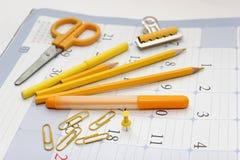 Articoli per ufficio gialli - matite, penna a feltro, indicatori Immagine Stock