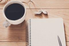 Articoli per ufficio, scriventi concetto sul fondo di legno Immagine Stock Libera da Diritti