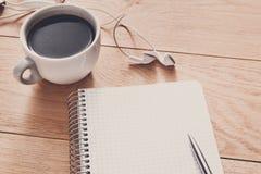 Articoli per ufficio, scriventi concetto sul fondo di legno Fotografie Stock