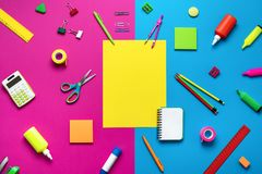 Articoli per ufficio su un fondo colorato immagine stock libera da diritti