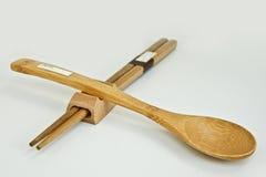 Articolo per la tavola-bacchette e cucchiaio da tavola Fotografia Stock