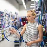 Articolo sportivo di acquisto della donna nel deposito degli abiti sportivi Immagine Stock Libera da Diritti