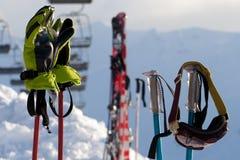 Articolo sportivo protettivo sui pali di sci alla stazione sciistica fotografia stock libera da diritti