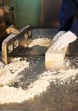 Articulación del pedazo de madera en un torno Foto de archivo