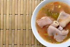 Articulation épicée bouillie de porc en soupe à Tom yum sur la cuvette images libres de droits