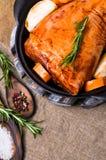 Articulation crue de porc en marinade photographie stock