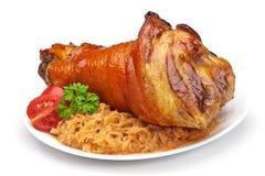 Articulation de porc avec la choucroute et les légumes frits Photo libre de droits