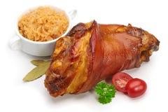 Articulation de porc avec la choucroute et les légumes frits Images stock