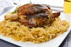 Articulation de porc cuite au four avec la choucroute photographie stock