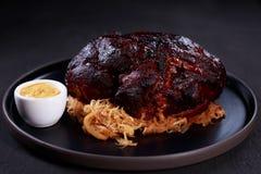 Articulation de rôti de porc avec le chou et la moutarde cuits image stock