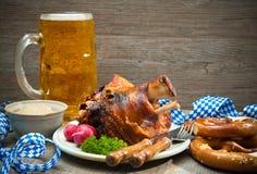 Articulation rôtie de porc avec les bretzels et la bière Images libres de droits