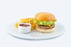 Articule la hamburguesa de riego con las fritadas y la salsa de tomate Fotografía de archivo