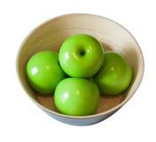 Artificail绿化在木碗的苹果,隔绝在白色 图库摄影