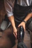 Artificer ręki bierze opiekę skóry powierzchnia zdjęcia royalty free