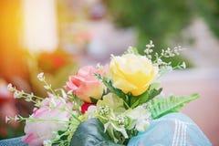 Artificiel jaune s'est levé dans le bouquet Image libre de droits