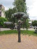 Artiflcialboom met een vogel en een kat stock foto