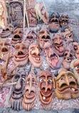 Artigianati rurali giusti scolpiti di legno del mercato divertente delle maschere Fotografie Stock