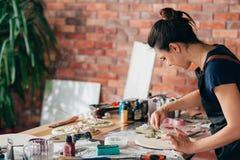 Artigianato ceramico del materiale illustrativo del posto di lavoro dello studio dell'artista immagini stock libere da diritti