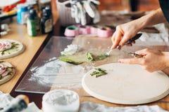 Artigianato ceramico del materiale illustrativo del posto di lavoro dello studio dell'artista fotografia stock