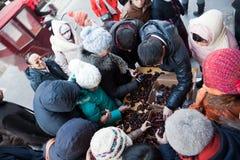 Artigianato in Liulichang, Pechino del buy dei clienti Fotografie Stock Libere da Diritti