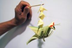 Artigianato mobile della cavalletta di foglia di palma tailandese di stile immagini stock libere da diritti