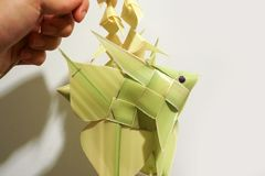 Artigianato mobile di stile del pesce di foglia di palma tailandese della carpa fotografia stock