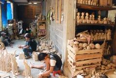 Artigiani al centro di industria artigianale di legno del batik immagine stock