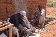 Artigiani che scolpiscono legno immagine stock