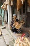 Artigiani vietnamiti che fanno i prodotti di bambù dell'artigianato Fotografie Stock Libere da Diritti