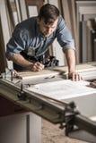Artigiano al banco da lavoro Fotografie Stock Libere da Diritti