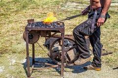 Artigiano alla forgia del fabbro. Fotografia Stock Libera da Diritti