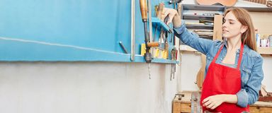 Artigiano che fa apprendistato nell'officina del ` s del carpentiere Immagini Stock Libere da Diritti