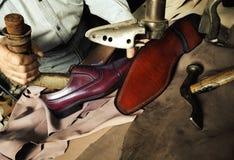 Artigiano che fa le scarpe fatte a mano di lusso dell'uomo Immagine Stock