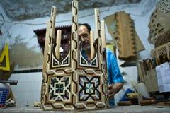 Artigiano che lavora alla tavola intarsiata madreperla Fotografia Stock