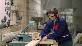 Artigiano che taglia plancia di legno con la sega circolare video d archivio