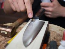 Artigiano con il coltello giapponese fatto a mano inciso Fotografie Stock Libere da Diritti
