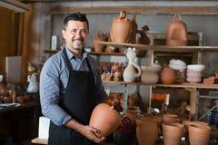 Artigiano con terrecotte ceramiche Fotografia Stock
