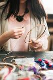 Artigiano femminile che fa collettore di sogno allo studio di arte Fotografie Stock