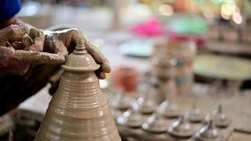 artigiano 4K che rade il coperchio del vaso di argilla per di arti perfetto di forma archivi video