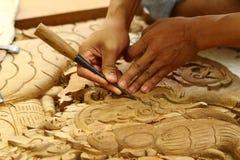 Artigiano tradizionale che intaglia legno Fotografia Stock Libera da Diritti